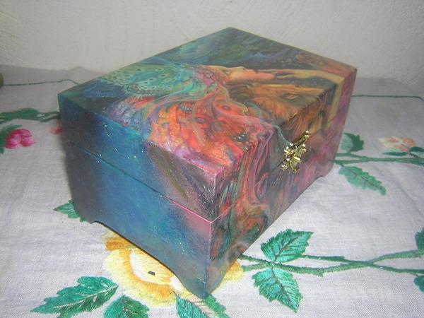 Один из самых популярных видов декупажа - шкатулка или изящная коробочка в данной технике.