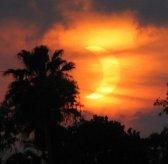 По особенностям наблюдаемой картины солнечные затмения подразделяют на частные,полные и кольцеобразные.