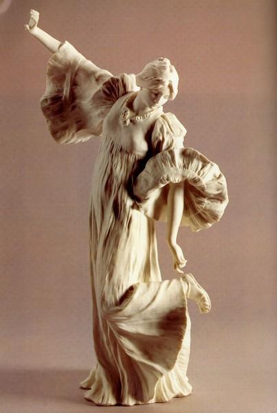 Фото Леонар, Агатон    Национальная Севрская мануфактура    Игра с шарфом    Фрагмент настольного украшения, 1898, фарфор