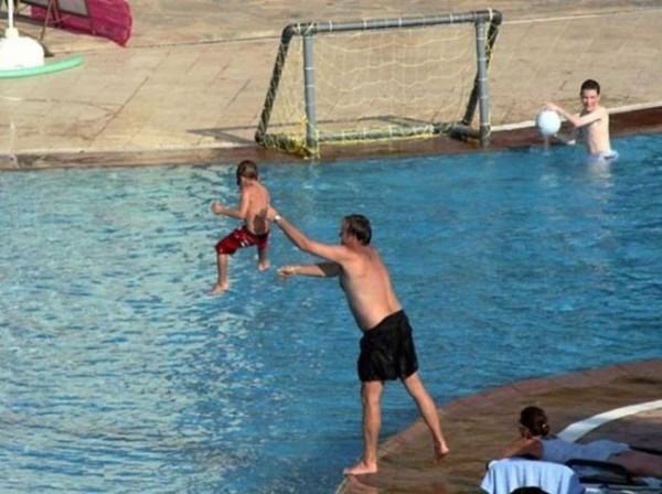 Смехота-23 Папа кидает сына в бассейн