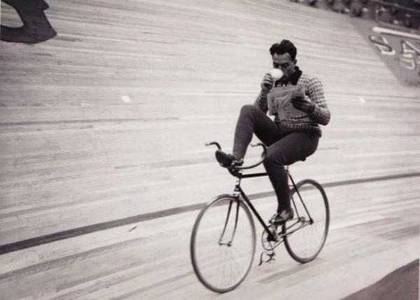 Смехота-23 Мужик рулит ногами на велосипеде и пьет кофе