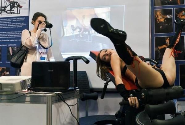 Смехота-23 Девушка раздвинула ноги на фотосессии