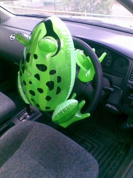 Смехота-23 Резиновая лягушка на руле