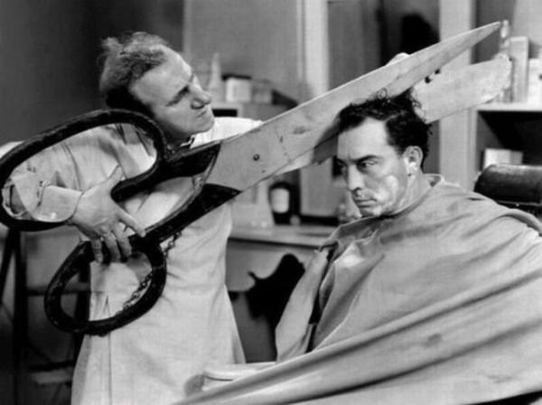 Смехота-23 Фото в парикмахерской - стригут мужчину большими ножницами