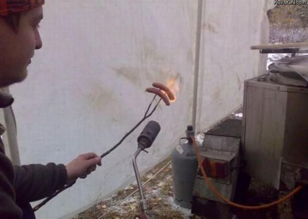 Смехота-23 Мужик жарит сосиски