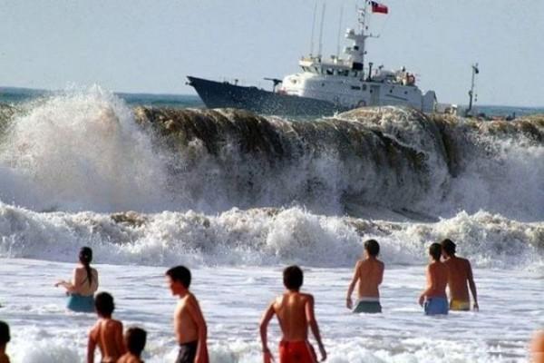 Смехота-23 На фото типа корабль создает огромные фолны
