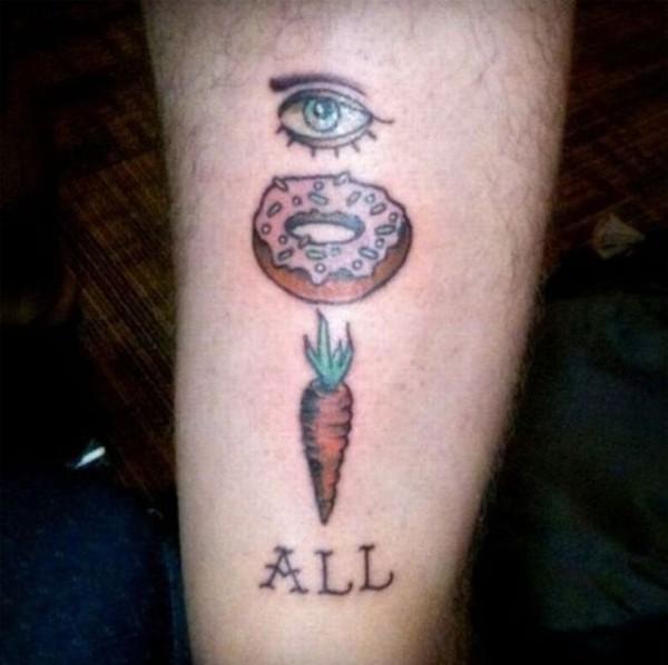 Смехота-23 На тату изображен глаз, пончик, морковка и надпись ALL