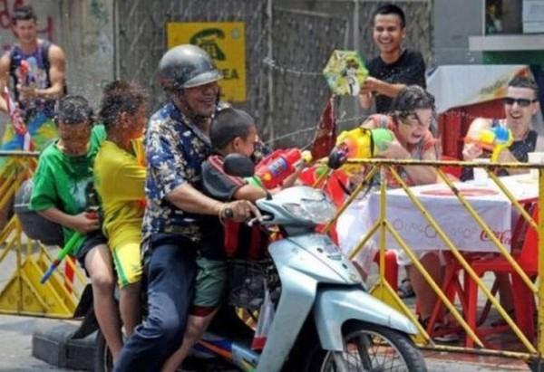 Смехота-23 Мужик везет детей на мотоцикле и они обливаются водой
