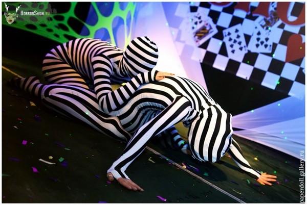 Парный костюм работают два танцора