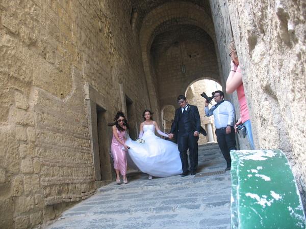 Замок Castel d'Ovo не снесли в 1871 году, а в 1975 году – реставрировали