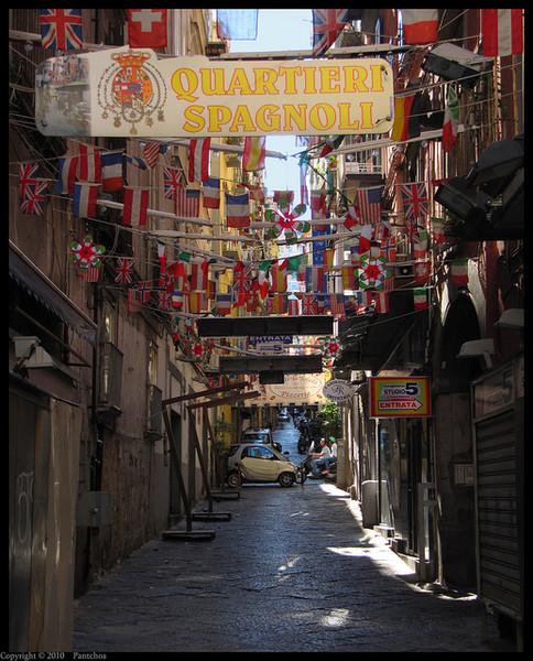Три десятка узких и идеально прямых улиц, образующие четкую сетку Испанского квартала
