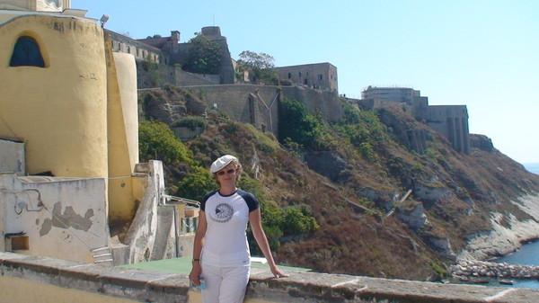 В 1563-м году началось строительство замка Castello d'Avalos
