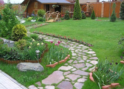 дорожка из природного камня со швами, засеянными травой