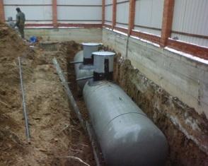 газгольдер, похожий на подводную лодку, перед тем, как погрузиться   в землю