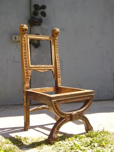 кресло частично очищенное перед реставрацией- много утрат- только на фото нет короны-забыл сфотографировать- она есть в наличии оригинал.