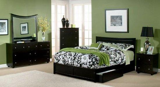 Черная мебель и цвет стен в интерьере гостиной и спальни.