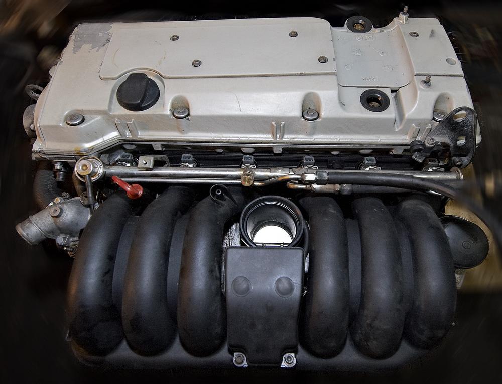 Вид на двигатель спереди.