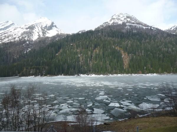 Горное озеро в мае