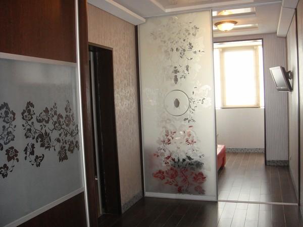 Темный пол хорошо выглядит только в больших помещениях.  Если комнатенка от 16 метров и меньше - лучше все-таки пол...