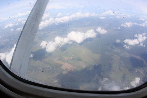 Вид на землю из иллюминатора самолета АН-28