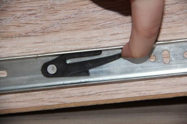 Левая сторона ящика с выкатным механизмом