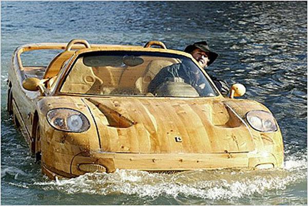 Ливио де Марчи. Он создал автомобили одновременно и плавающие, и из дерева