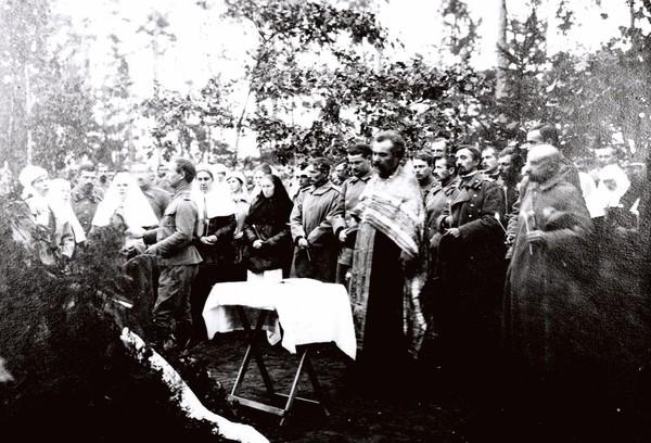 Вольноопределяющийся Сергей Александрович Шлихтер и сестры милосердия, погребенные на Братском кладбище героев Первой Мировой войны в Москве. I-2131