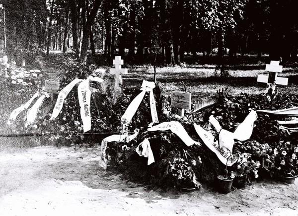 Вольноопределяющийся Сергей Александрович Шлихтер и сестры милосердия, погребенные на Братском кладбище героев Первой Мировой войны в Москве. I-2132