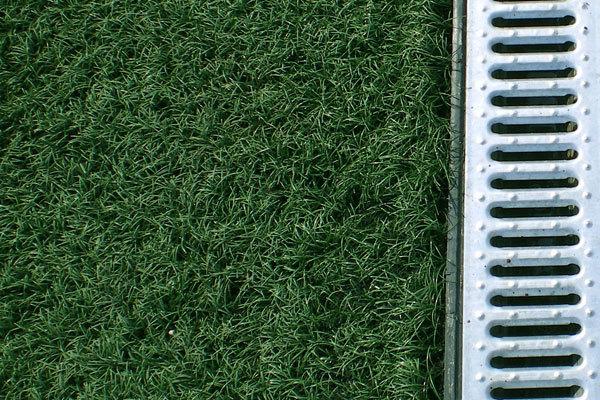 В Москве кладут искусственные газоны