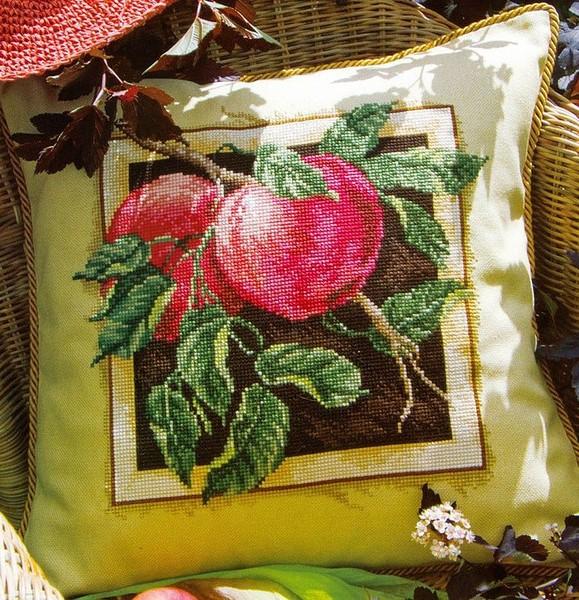 Красивая подушка с яблоками.