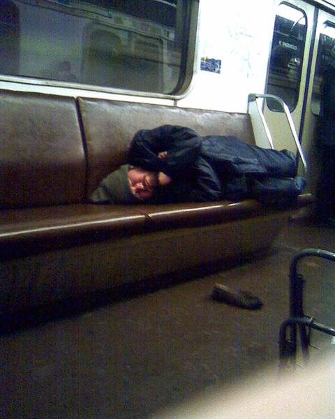 Следует ли запретить читать в метро?
