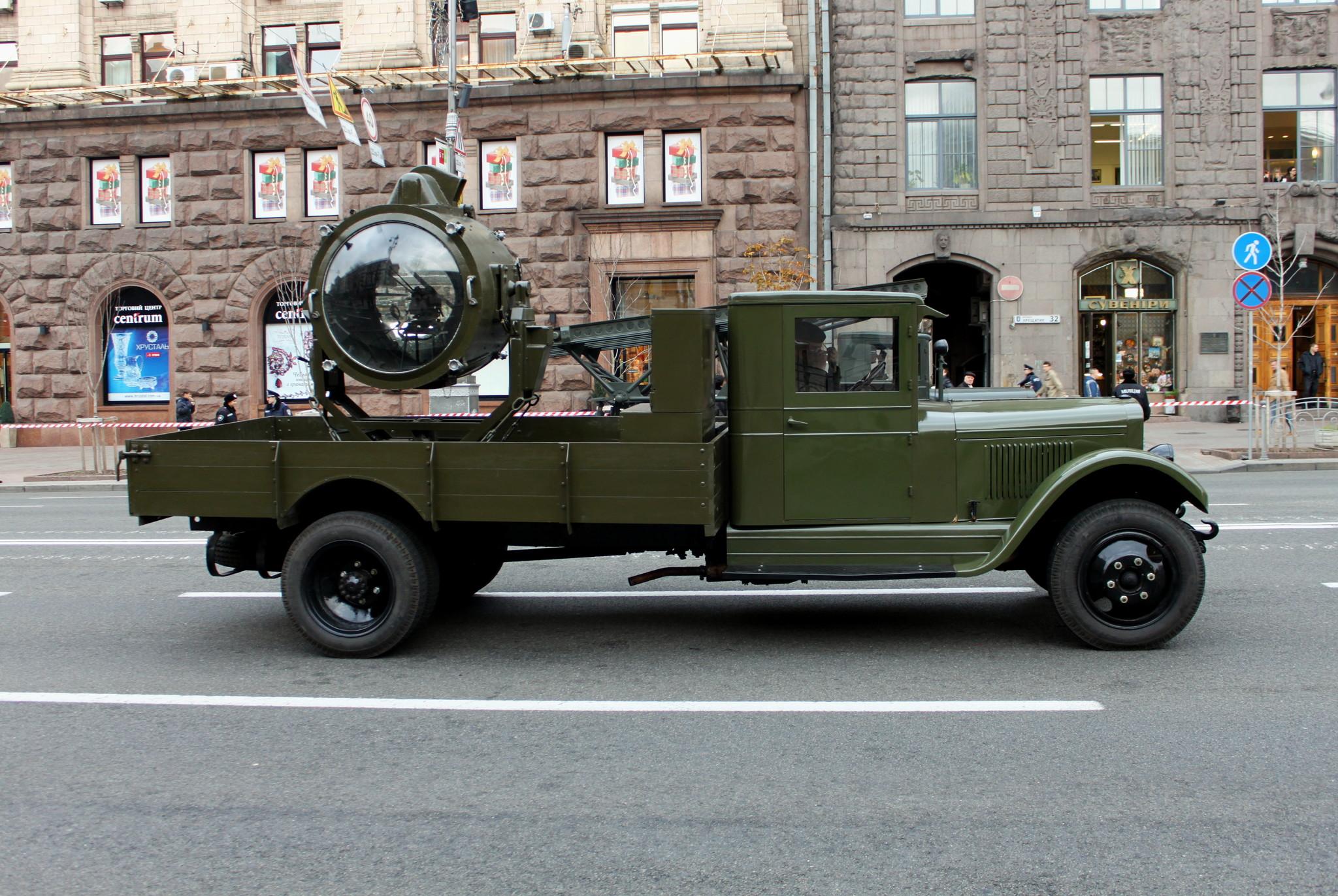 Зенитный прожектор в кузове грузовика