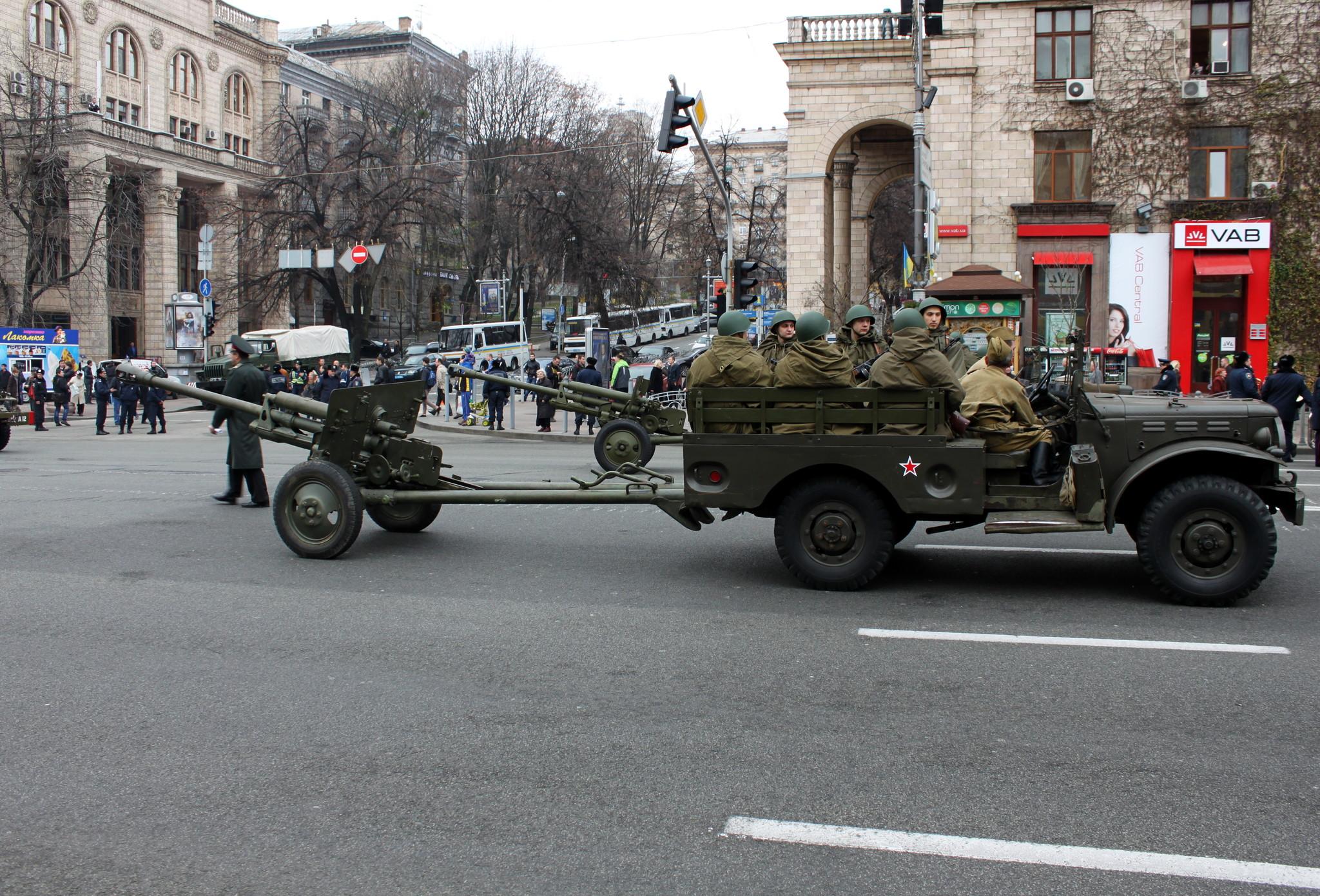 Орудие и артиллерийский расчет на автомобиле