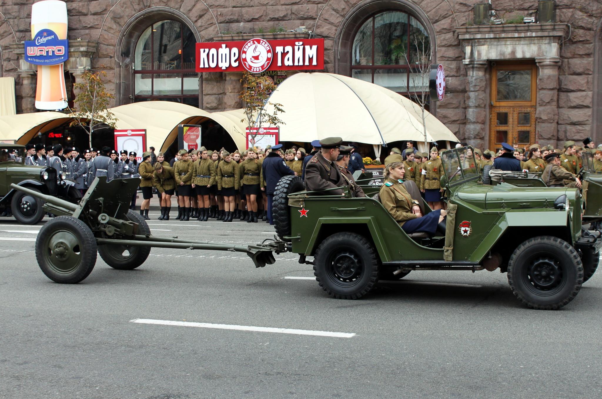 Участники военно-исторического парада на Крещатике