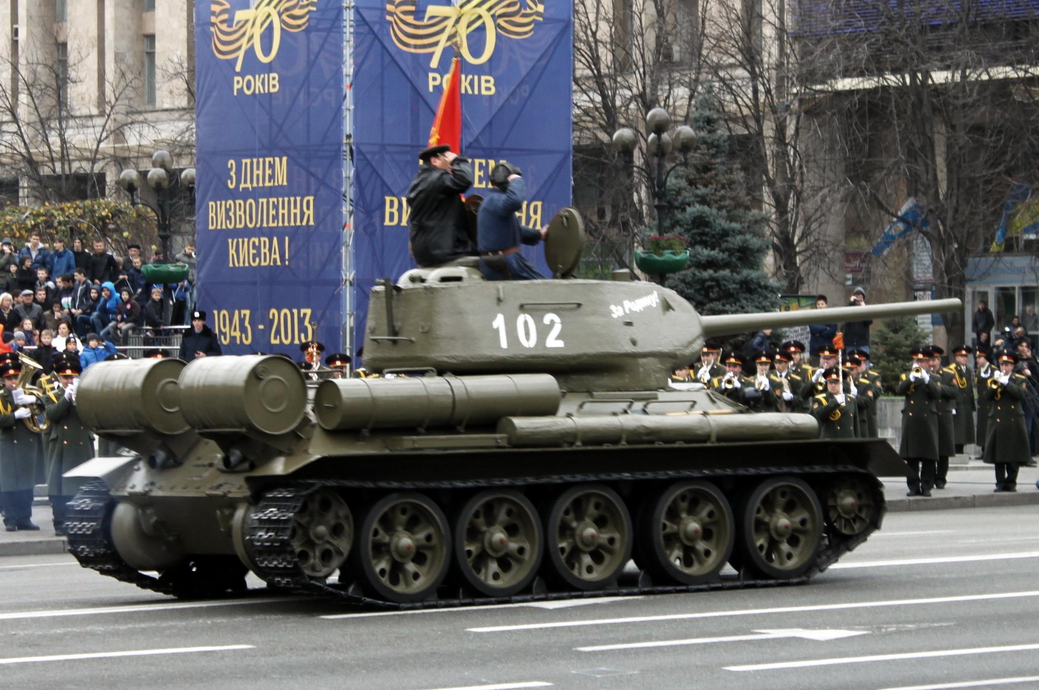 Танк Т-34 проходит по Майдану Незалежности
