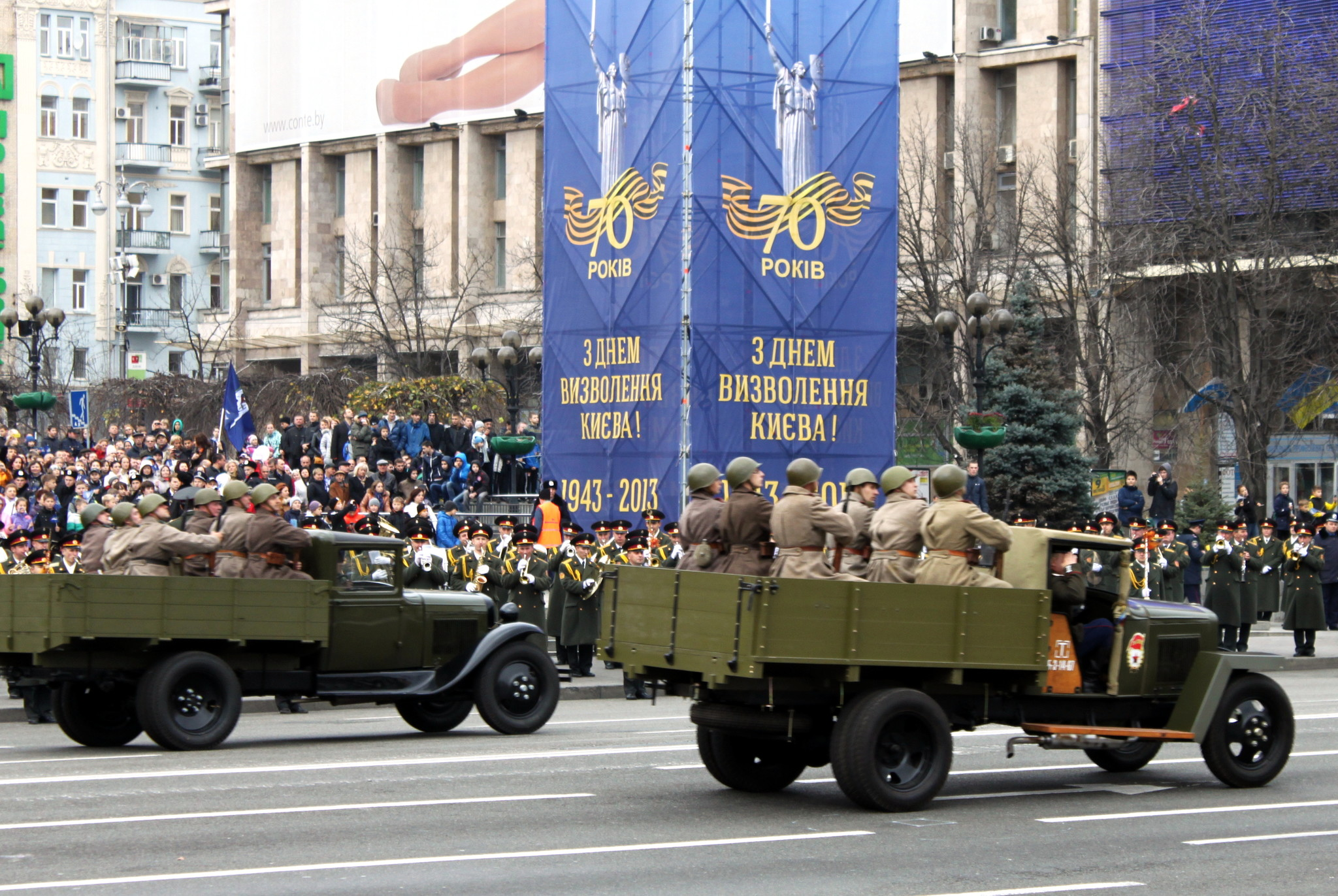Автомобили с десантом на параде