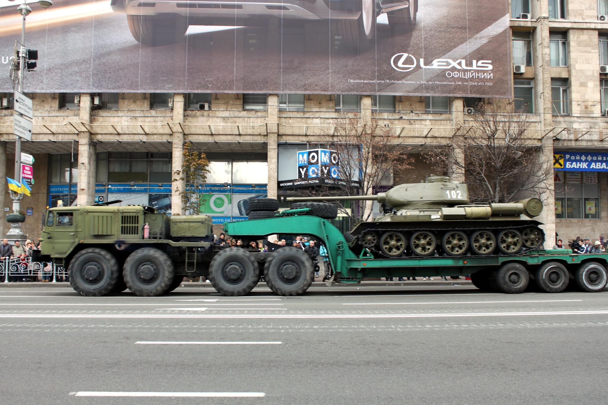 Танк Т-34 увозят после парада