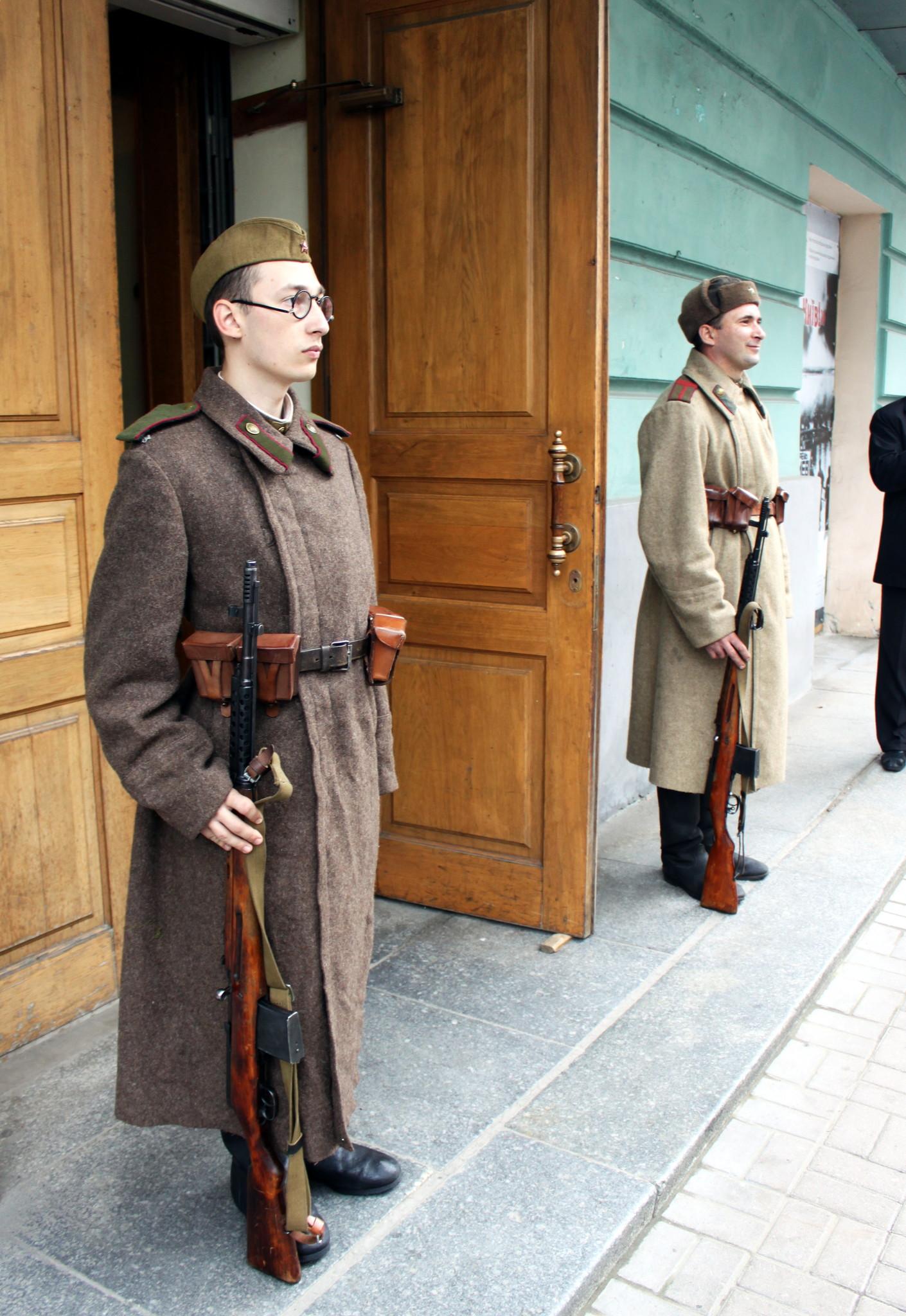 Часовые перед входом на выставку в Доме офицеров