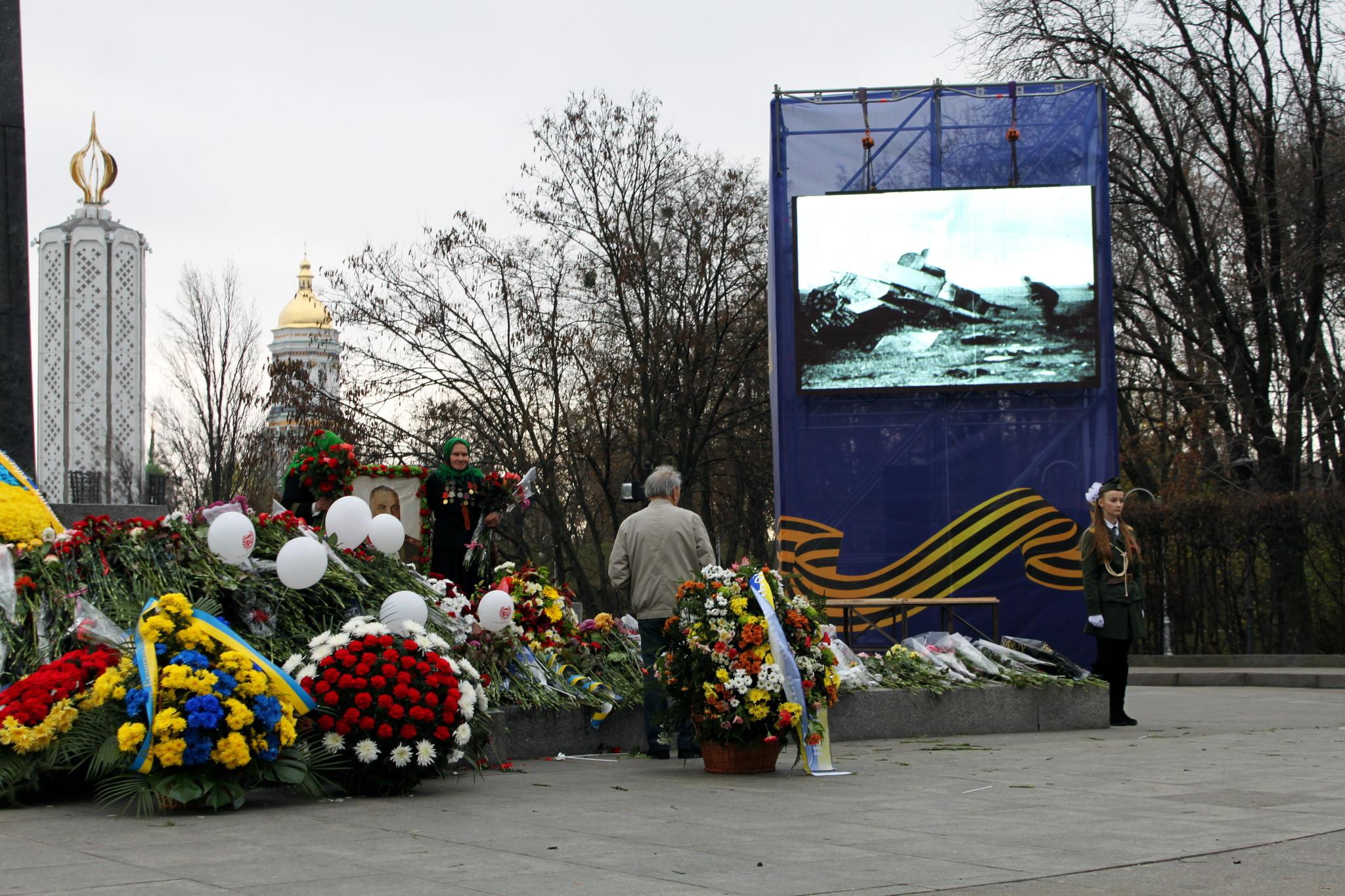 Цветы у Вечного огня парка Славы