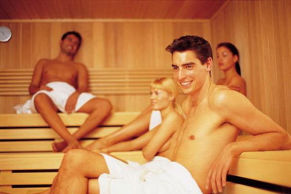 chuvak-s-opitnoy-shlyuhoy-v-saune