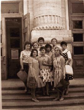 У колонны библиотеки им. Крупской. Мама со своими студентами.
