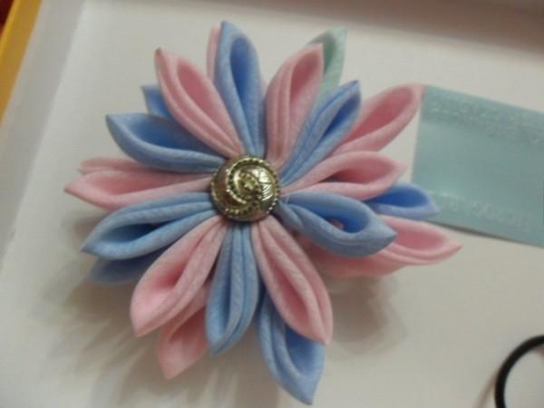 Канзаши цветы из ткани и атласных лент