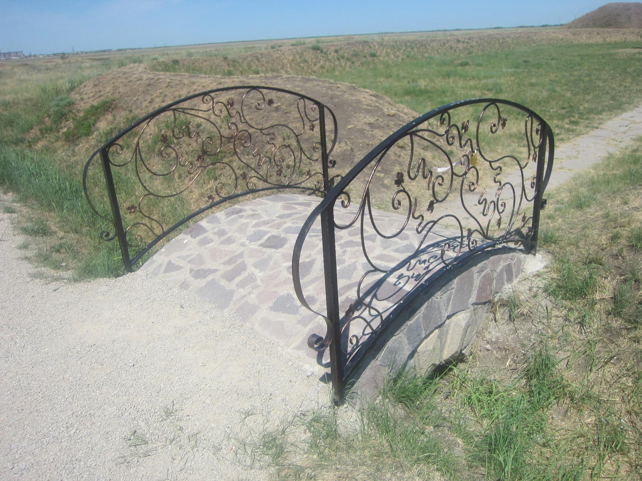 Какое счастья, что этот мостик ещё не увешан замками! (25.06.2013)
