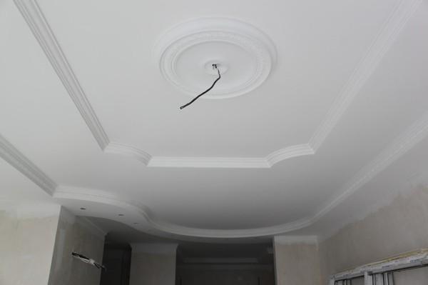 многоуровневые потолки из гипсокартона с дизайном из багет