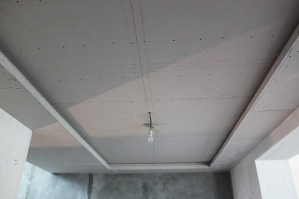 монтаж гипсокартонного потолка в гостиной комнате