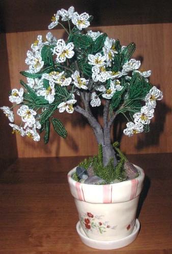 Я из бисера делаю только цветы и деревья.  Украшения, почему-то не привлекают.  Вот мое последнее деревце.