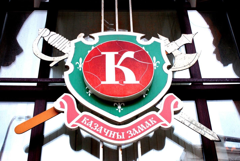 Рис.1 Вывеска на четырех окнах кафе «Сказочный замок», всего таких щита четыре, на каждом по одной букве «К», «А», «Ф», «Э».