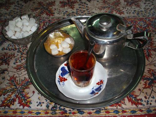 Вот так подают чай в иранских чайханах