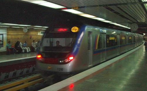 Поезд на одной из станций тегеранского метрополитена