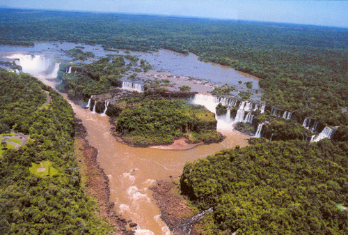 Редкий кадр - весь каскад водопадов Игуасу (фото В. Мачаду)